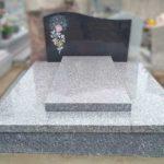 Monument funéraire gris avec stèle noire