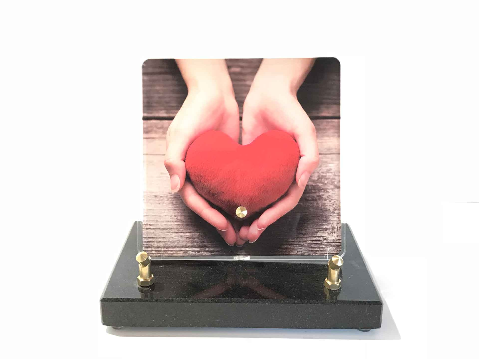 Plaque Altuglas - Modèle n°2 mains tenant un cœur