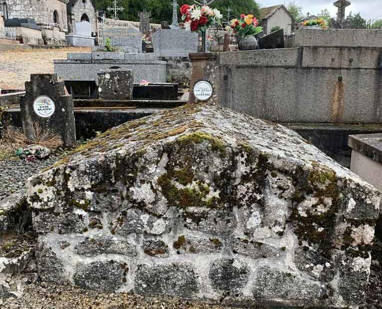 Restauration de tombe - Marbrerie Haute-Corrèze. Avant traitement.